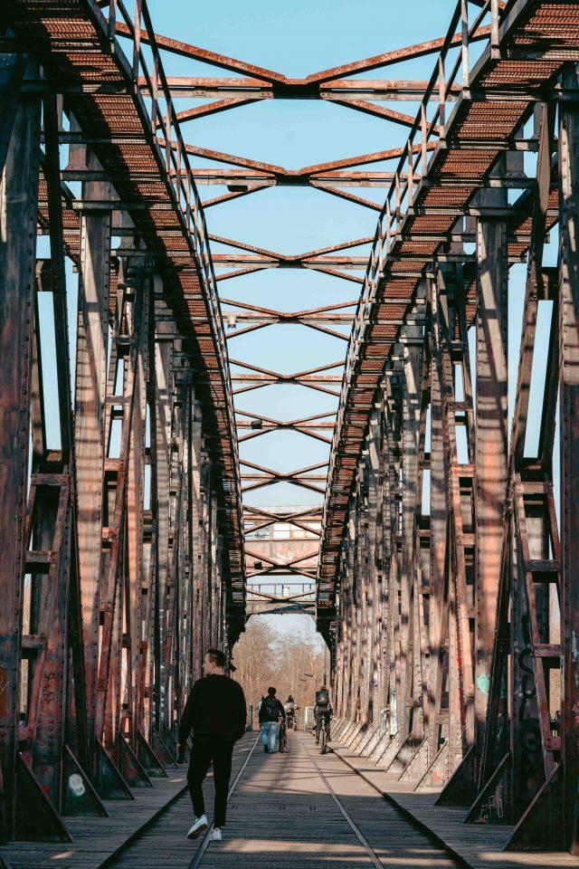 Hubbrücke mit Menschen